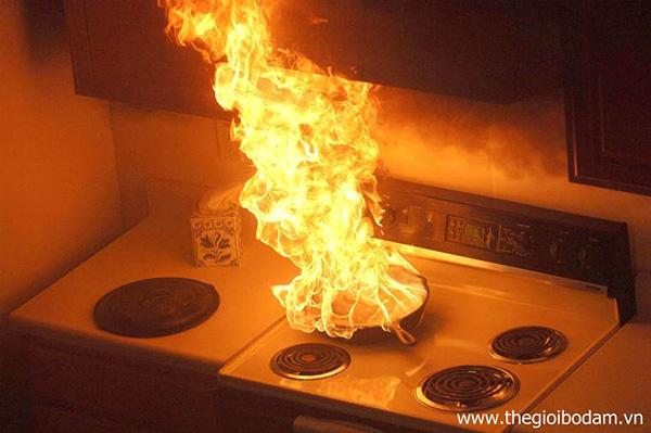 Tại các khu vực dễ cháy nổ, sử dụng bộ đàm chống cháy nổ là giải pháp an toàn