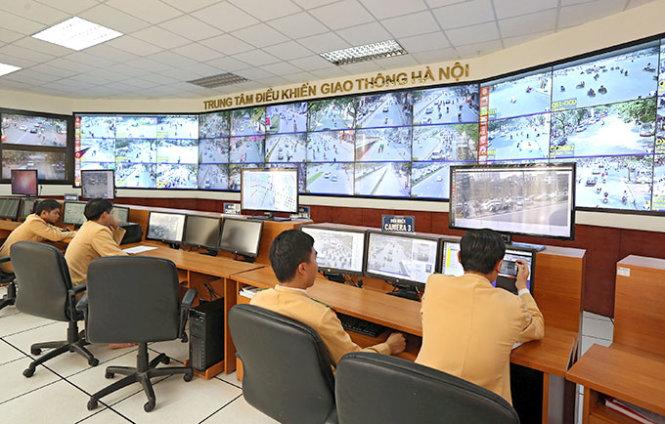 Trung tâm Điều khiển giao thông theo dõi và thông báo những phương tiện vi phạm cho đội cảnh sát giao thông tại các chốt làm nhiệm vụ xử phạt
