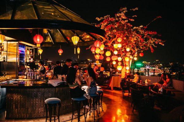 Quán bar trên tầng thượng nhìn ra hồ Hoàn Kiếm