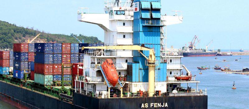 Tầu trở hàng cập cảng quốc tế Nghi Sơn