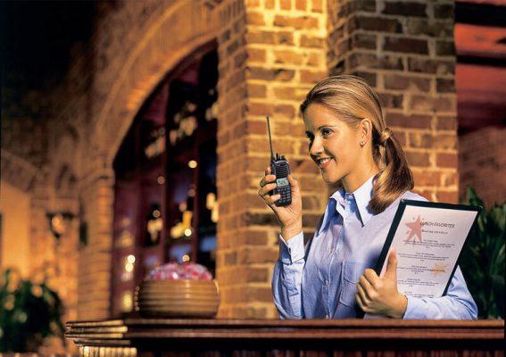 Kỹ năng sử dụng bộ đàm cho nhân viên nhà hàng, khách sạn