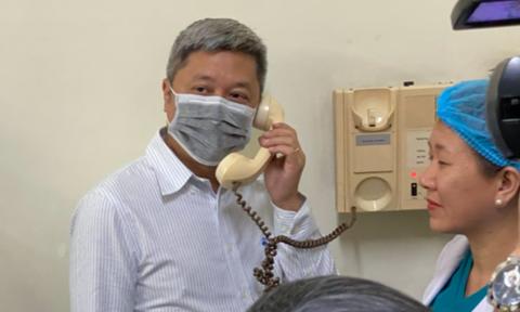 Thứ trưởng BYT nói chuyện và hỏi thăm người bệnh đang cách ly điều trị tại BV Bệnh Nhiệt đới
