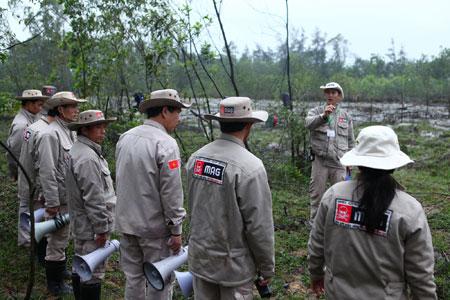 Đội rà phá bom mìn của MAG chuẩn bị trước khi vào vùng có bom