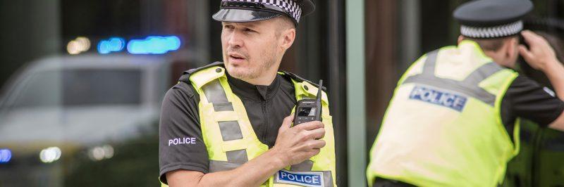 Cảnh sát sử dụng máy bộ đàm cầm tay
