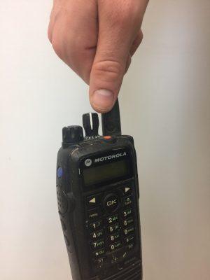 Cầm vào anten thay vì thân bộ đàm là lỗi sai mà rất nhiều người dùng mắc phải