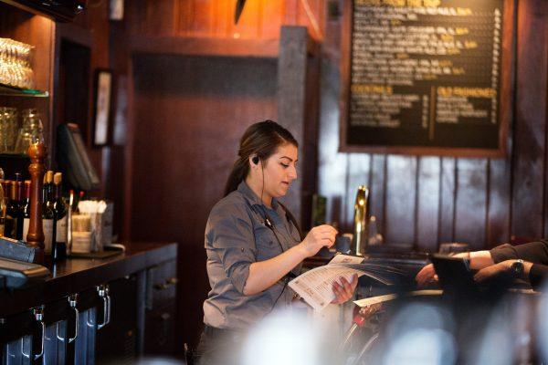Sử dụng bộ đàm ở nhà hàng đang là giải pháp được tin dùng hiện nay