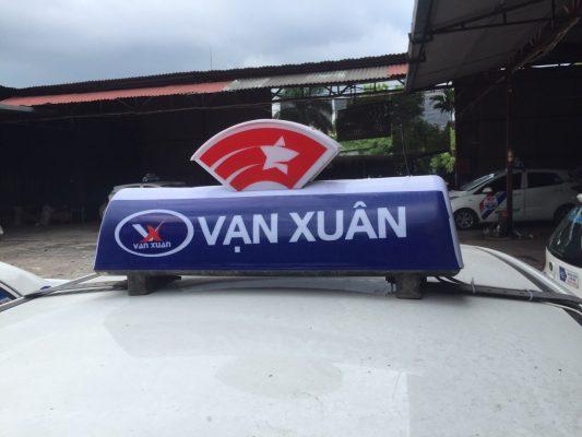 Mặt trước đèn mào Liên Minh Taxi Việt là tên hãng taxi (trong hình là Taxi Vạn Xuân)
